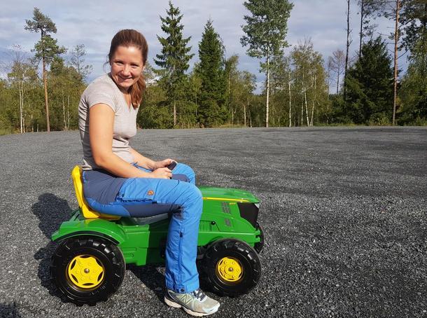 Maren Lunde prøvekjører traktoren.