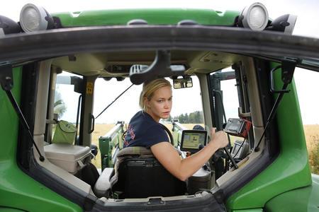 Jente i traktor