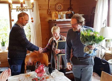LLars Sponheim gratulerer Marta og Mekjell Meland med kulturlandskapsprisen