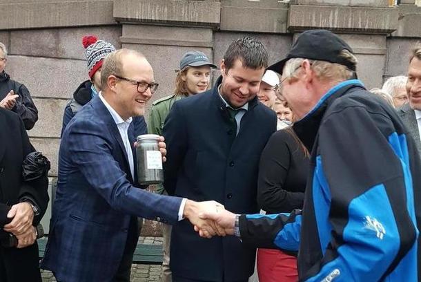 Bonde Bjørn Elvestad fra Råde overrekker trua matjord til stortingsrepresentant fra Østfold, Ole Andre Myrhvold (Sp)