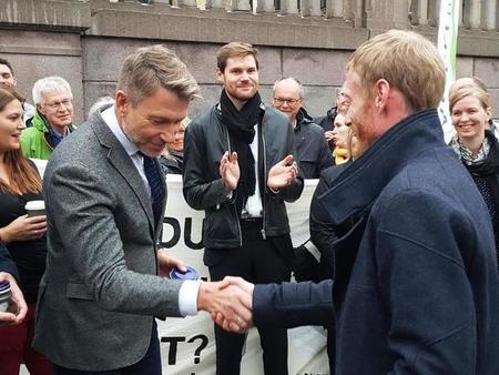 Sven Martin Håland fra Sandnes overrekker trua matjord til Terje Aasland (Ap)