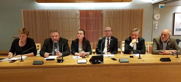 Våre øverste ombudspersoner på rad og rekke foran lokallagsledere og fylkesstyret. F.v. Rigmor Aaserud (Ap), Bengt Fasteraune (Sp), Marit Knutsdotter Strand (Sp), Ketil Kjenseth (V), Tore Hagebakken (Ap) og Morten Ørsal Johansen (Frp). Ole Mic Thommesen fra Høyre var ikke med på møtet.