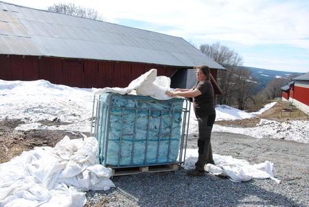 Kristina Hegge bruker pallekarm for vedsekker når hun skal samle rundballeplasten.