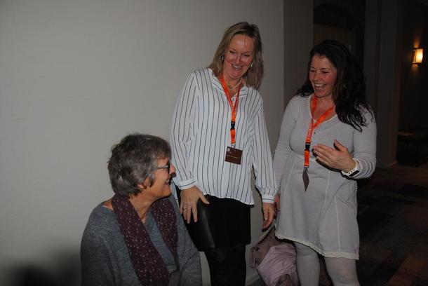 Inn på Tunet Innlandet, Eli Grøntoft Dybdal og Marita Aanekre tar en prat etter sitt foredrag med Sigrid Lindvik som var godt fornøyd med presentasjonen.