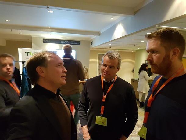 Konserndirektør i Nortura, Harald Bjerknes i samtale med Norturas nestleder Per Heringstad og Nortura-eier Eivind Mehl. Tema: marked