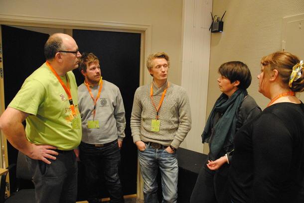 Foredragsholdere og deltakere i samtale etter foredraget.