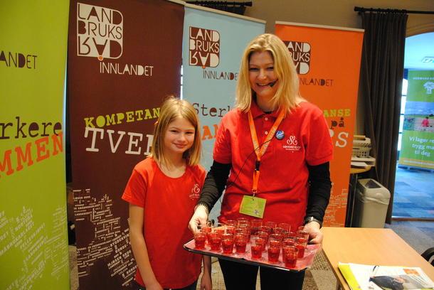 Tiril og Annette Vold fra Søndre Elton serverte jordbærsaft fra egen produksjon til deltakerne.