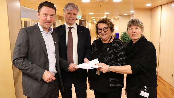 F.v. Lars Petter Bartnes (leder, Norges Bondelag), Ola Elvestuen (klima- og miljøminister), Olaug Bollestad (landbruks- og matminister) og Kjersti Hoff (leder Småbrukarlaget)