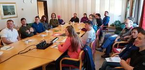 Deltakerne på Felleskjøpets møterom før avreise med buss fra Molde (Foto: Arild Erlien)