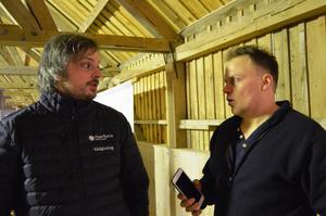 Rådgiver i Nortura, Kristian Messel-Williamsen (t.v.) og leder i Smøla Bondelag, Ole Wegard Iversen (Foto: Rose Bergslid)