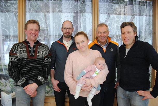 Valgkomiteen i Oppland Bondelag. F.v. Henrik Grøndalen, Jon Waalen, Ellen Marie Gjeilo, Andreas Høiby og Alf Bernhard Ouren. En liten rekrutt med Bonde-body var også med i valgkomiteen i år.