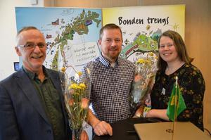 Årsmøteordstyrer Oddvar Tynes (t.v., fylkesleder Oddvar Mikkelsen og nestleder Gunnhild Overvoll ble alle takket av etter mange år som tillitsvalgte i fylkeslaget.