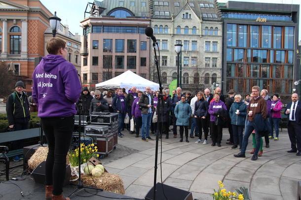Styremedlem i Norges Bondelag og bonde i Bergen, Bodhild Fjelltveit, ledet programmet på Eidvolls plass.
