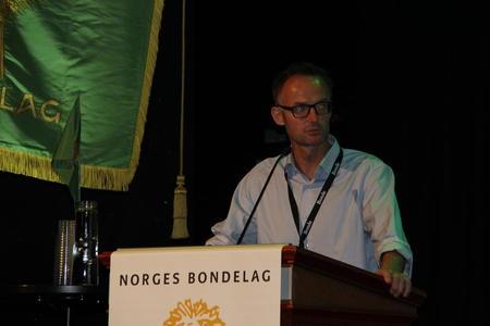 Fylkesleiar Anders Felde har vore på talarstolen i organisasjonssaka.