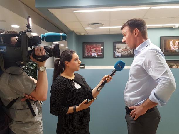 Lars Petter Bartnes intervjues av NRK etter møtet med Bollestad. Foto: Lise Boeck Jakobsen
