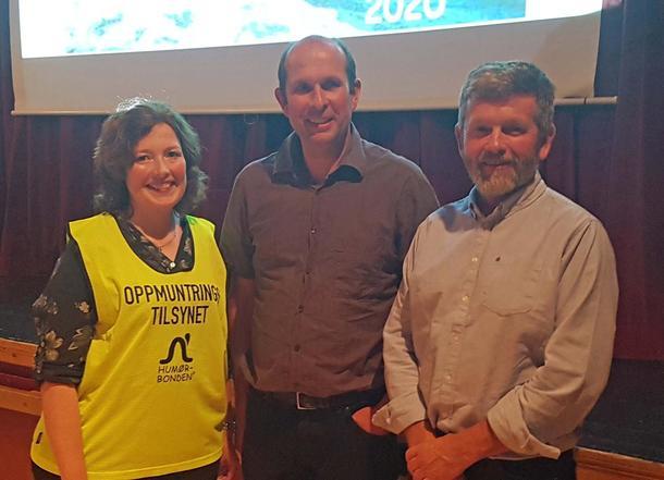 Os Bondelag og Fusa Bondelag arrangerte inspirasjonsmøte med humørbonden. Her er Dina Lervåg, Lars Inge VIk og Olav Botnevik