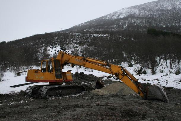 Gravemaskin under arbeid med ny landbrukssjord i Kvæfjord.