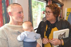 Kjersti Fløystad Ellingsgård (t.v.) i samtale med landbruksminister Olaug Bollestad.