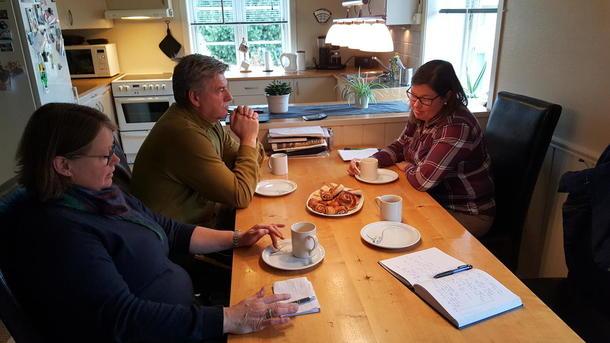 Hans Olav Froknestad har igjen både poteter og korn ute. Her orienterer han Kristina Hegge og Bjørnhild Kihle om forholdene.