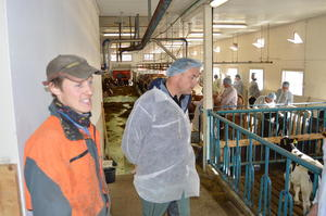Vegard Smenes (t.v.) tok i mot besøk i fjøset. Her sammen med nestleder i M&R Bondelag, Odd Bjarne Bjørdal.