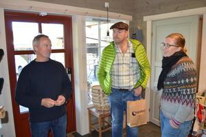 Kristin Waagen (t.h.) i samtale med styremedlem Petter Melchior og nestleder Odd Bjarne Bjørdal.