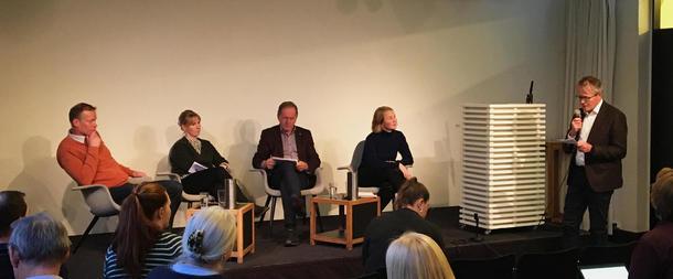 Innlederne samlet til panelsamtale. F.v Audun Korsæth (NIBIO), Marianne Tronstad Lund (CICERO), Arne Bardalen (NIBIO), Anja Bakken Riise (Framtiden i våre hender) og ordstyrer Ola Hedstein (Norsk Landbrukssamvirke)