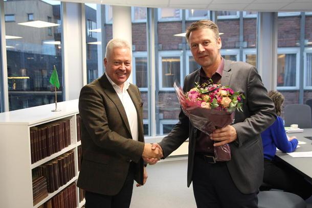 Konsernsjef Helge Leiro Baastad i Gjensidige og bondelagsleder Lars Petter Bartnes signerer ny samarbeidsavtale.