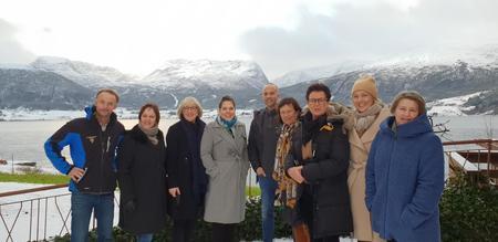 Anders Felde og Børre Tystad saman med 6 Stortingsrepresentantar frå Høgre og representant for Gloppen Høgre.