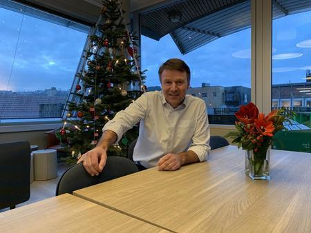 Lars Petter Bartnes ønsker god jul, her fra kantina i Landbrukets Hus i Oslo.