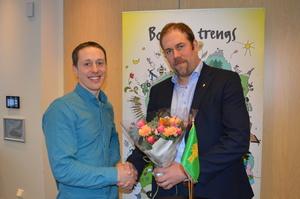 Vegard Smenes ble takket av fylkesleder Konrad Kongshaug for fire år i fylkesstyret i Bondelaget. Nå venter nye styreoppgaver for Vegard Smenes, som er innstilt som nytt styremedlem i GENO-styret på årsmøtet i mars.