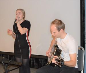 Vokalist Ragnhild Folden Istad og gitarist Håvar Svergja hadde flere musikkinnslag.