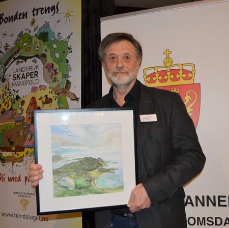 Assisterende direktør ved landbruksavdelinga hos Fylkesmannen, Ottar Longva, ble takket av for sitt arbeid for landbruket i Møre og Romsdal siden 1986 med et bilde med motiv fra havgapet på Longva.