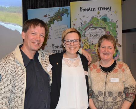 Fra venstre: forfatter og kåsør Svein Sæter, styremedlem i Norges Bondelag, Bodhild Fjelltveit og nestleder i Norsk Bonde- og Småbrukarlag, Eli Berge Ness.