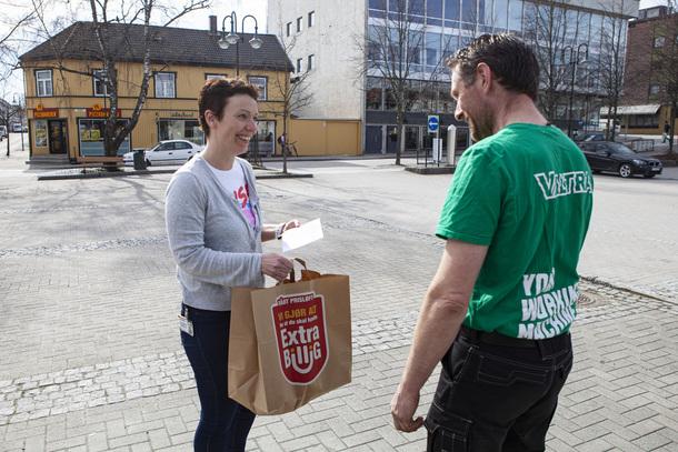 Ina Helen Kollerud Pedersen blir overrasket med lunsjpakke i Levanger sentrum. Her sammen med lokallagsleder for Nesset Landbrukslag, Odd Arne Lind