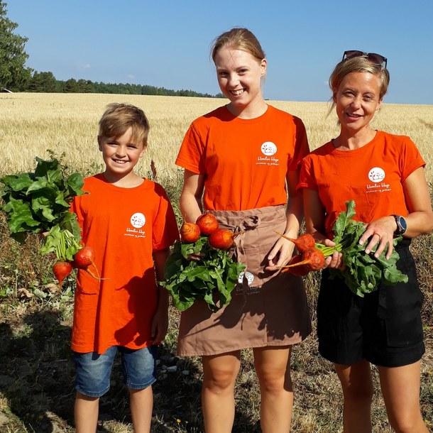 Dette bildet er fra i fjor, og her har Ellen fått god hjelp av Matheus Jess-Bakken og Nathalie Strandbakken Bergheim som kommer med beter fra Tante Grønn for å fylle opp i gardsbutikken til Homlas hage.