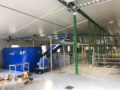 Moderne innredning er i ferd med å bli innmontert hos gårdbruker Thomas Fallmyr i Gildeskål kommune.