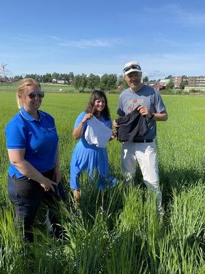 Elise Viladsen i Norsk Landbruksrådgiving bistår når Jan Thomas Odegard (Utviklingsfondet) og Karoline Andaur (WWF) skal teste jordkvaliteten ved å grave ned egne truser