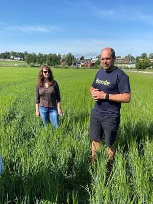 Bonde Nathalie Bjørnebye og Egil Hoen forteller om karbonagro ute på Dysterjordet i Ås