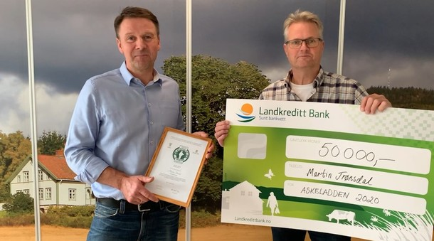 Leder i Norges Bondelag, Lars Petter Bartnes og styreleder i Landkreditt Bank, Hans Edvard Torp deler ut Askeladdprisen.
