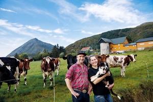 Helene Lerstøl og Øivin Lien på gården på Engeløya i Steigen