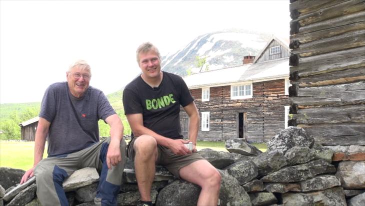 Far og sønn. Anders og Ingvald Landet på Storfjellsætra, Ringebufjellet. Foto: Sigurd Fossen/Sølvrev.