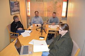 Møteledelse og ansatte var samlet på Bondelagskontoret i Molde. Fra venstre rådgiver Atle Frantzen, fylkesleder Konrad Kongshaug, ordstyrer Oddvar Mikkelsen og organisasjonssjef Nina Kolltveit Sæter (Foto: Arild Erlien)