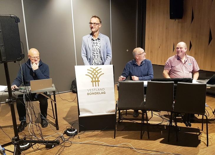 Møteleiinga samla til skipingsmøte i haust. Leiar Anders Felde, dåverande møteleiarar Jostein Hellestveit og Bjarte Nordanger og Geir Totland frå administrasjonen.