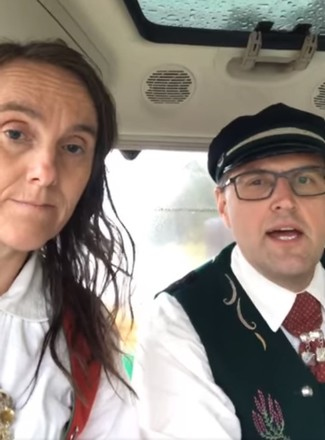 Søndag morgen la Marit og Arthur Salte ut på turen fra Rogaland til Oslo - i bunad!